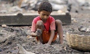 an-indian-boy-breaks-coal-006 (1)